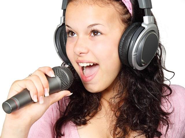 girl singing mic microphone