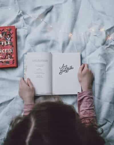 Kid reading books in bed